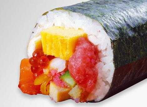 たらば蟹や車海老など全13種の具材を使った「豪華海鮮招福太巻」(1836円)