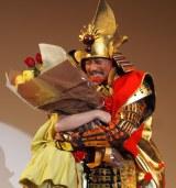 甲冑姿の竹中直人が『2015年エランドール賞』授賞の二階堂ふみを祝福