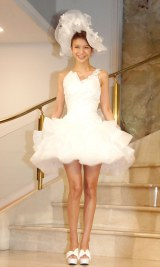 ミニスカのウエディングドレス姿で結婚会見を行った大石参月 (C)ORICON NewS inc.