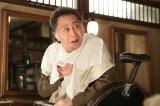 連続テレビ小説『マッサン』北大路欣也の出演場面写真。作家と名乗る謎の男、上杉はどうやら無類のウイスキー好きらしい(C)NHK