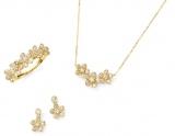 ポンテヴェキオ2015年春・新作コレクション AFlower Motif<写真左より> K18YG ダイヤモンド リング ¥128,000(税抜・以下同) K18YG ダイヤモンド ピアス ¥63,000 K18YG ダイヤモンド ネックレス ¥76,000 *1 *1 ネックレスは期間限定スペシャルプライスのため、4月1日より¥92,500(税抜)で発売