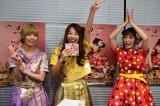 でんぱ組.incの最上もが(左)と成瀬瑛美はしょこたんのサイン入りアルバムをもらって大喜び