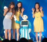 人型ロボットPepperがランウェイデビュー! モデルは左から安田美沙子、木村舞輝、浅川美流 (C)ORICON NewS inc.