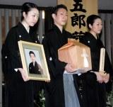 (左から)長女の森田菜生さん、喪主を務めた坂東巳之助、次女の森田幸奈さん (C)ORICON NewS inc.