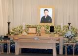 祭壇には三津五郎さんが生前好きだった白とブルーの和花で飾られている (C)ORICON NewS inc.
