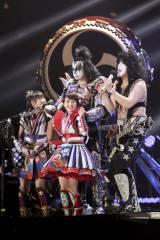 和太鼓とKISSの演奏でコラボレーションシングル「夢の浮世に咲いてみな」を披露したももいろクローバーZ(C)kamiiisaka hajime