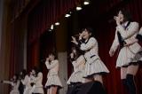 2015年3月11日 宮城県石巻市を訪問したAKB48(写真右端が岩田華怜)(C)AKS