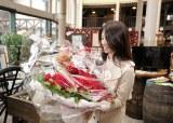 スタッフから贈られた花束を受け取る深田恭子(C)テレビ朝日
