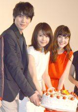 サプライズプレゼントのケーキを手にする(左から)福士蒼汰、有村架純、佐藤ありさ (C)ORICON NewS inc.