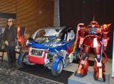 左は大河原氏デザインの超小型電気自動車「マキナ」、右はシャア専用ザクの模型 (C)ORICON NewS inc.