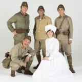 明石家さんま(後列中央)が主演を務める舞台『七人ぐらいの兵士』が15年ぶりに再演(撮影:須佐一心)