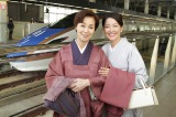 (写真左から)野際陽子、羽田美智子 金沢駅の北陸新幹線下りホームで (C)フジテレビ