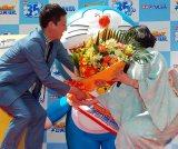 東京・日比谷シャンテ 合歓の広場に手形が設置されたお祝いに、ドラえもんへ花束を渡すサバンナ・高橋茂雄(左)と声優の水田わさび(右) (C)ORICON NewS inc.
