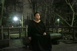 吉祥寺のシンボル・井の頭恩賜公園からスタート。暗闇の中、歩き始めたマツコは数分ですぐにベンチで休憩(C)テレビ朝日