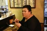 """ようやく見つけた営業中(店じまい寸前)の大分料理店では、大分・臼杵の名物料理""""きらすまめし""""をつまみながら地酒を堪能(C)テレビ朝日"""