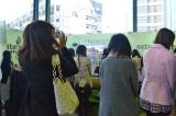 女性向け自販機『naturacure(ナチュラキュア)』がお披露目 彫刻家・はしもとみおさんがデザインしたキュートなラッピングに女性たちは興味津々(24日=東京・JR恵比寿駅) (C)oricon ME inc.