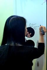 彫刻家・はしもとみおさんがデザインした、女性向け自販機『naturacure(ナチュラキュア)』がお披露目! 初日イベントでははしもとさん自らサインも(24日=東京・JR恵比寿駅) (C)oricon ME inc.