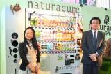 女性向け自販機『naturacure(ナチュラキュア)』お披露目イベントの模様 ※(左から)デザインを担当した彫刻家・はしもとみおさん、JR東日本ウォータービジネス・鈴木浩之社長 (C)oricon ME inc.