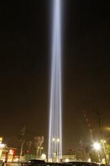 """""""光のエール""""として天空と人々に向けて投射している「COSUGI TOWER OF LIGHT」"""