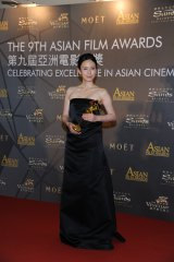 『第9回アジア・フィルム・アワード』でトロフィーを受け取った中谷美紀