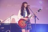 Shione(澤田汐音/Vo&G)=『nicola 東京開放日2015』ミニライブ 写真/関純一