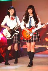 『nicola 東京開放日2015』でミニライブと登場した(左から)Karin、Shione (C)ORICON NewS inc.