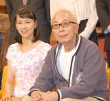 『所さん!大変ですよ』でタックを組む(左から)久保田祐佳アナウンサー、所ジョージ (C)ORICON NewS inc.