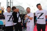 観客と握手をしながらレッドカーペットを楽しんでいた品川ヒロシ、哀川翔、木村祐一、川島邦裕(左から)