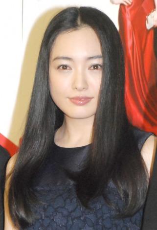 黒いドレスの仲間由紀恵さん