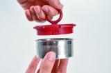 『プルアップティーメーカー』(税抜2500円) フタと一体化している茶こしも取り外せるのでお手入れ簡単