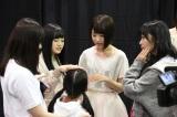 身長130センチの今村麻莉愛さん(小6)にメロメロの様子のHKT48メンバー(写真左から本村碧唯、宮脇咲良、指原莉乃)