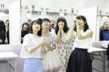 主演の横山由依(左)も合格発表を見守った(C)AKS