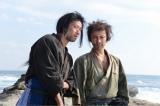 第1話「流人騒ぎ」場面カット(左から)大浦龍宇一、武田真治(C)BSジャパン