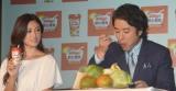 『飲む朝食 フルーツグラノラ』新CM発表会の模様(左から)深田恭子、ムロツヨシ (C)ORICON NewS inc.
