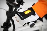 手の甲の部分に指示器がついたグローブ型のウインカー『Zackees Turn Signal Gloves』