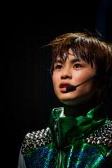 """超特急のタクヤ 『BULLET TRAIN ONEMAN SHOW SPRING HALL TOUR 2015 """"20億分のLINK 僕らのRING""""』より PHOTO: 米山三郎(SignaL)"""