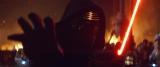 赤い十字のライトセーバーを持ったカイロ・レンが正面を向いた新写真も公開された『スター・ウォーズ/フォースの覚醒』(12月18日公開)(C)2015Lucasfilm Ltd. & TM. All Rights Reserved