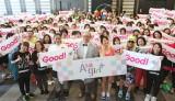 早朝イベント『Asagirl+』で汗を流した約200人の女子たちと、TRFのSAM、DJ KOO、おのののか