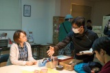 飯塚健監督(右)から演出を受ける井上和香(左)(C)2015「REPLAY&DESTROY」製作委員会・MBS