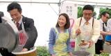 報道陣にステーキ丼を振る舞った(左から)津田寛治、羽田美智子、田口浩正、吹越満(C)ORICON NewS inc.