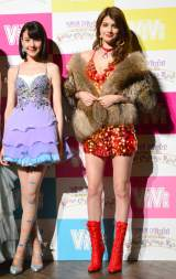 女王様風のセクシーな衣装で登場したマギー(右)とトリンドル玲奈(C)oricon ME inc.
