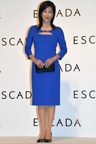 青いドレスを着た高島礼子