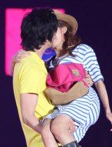 ステージ上で公開キスをした川崎希&アレク夫妻(撮影:片山よしお) (C)oricon ME inc.