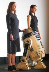 映画『スター・ウォーズ/フォースの覚醒』の「KICK OFF MEETING」イベントに登壇した(左から)キャスリーン・ケネディ、「R2-D2」、デイジー・リドリー (C)ORICON NewS inc.