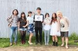 シャッフルコラボのCグループ(左から)剛・彩(WHITE ASH)、あ〜ちゃん(Perfume)、新藤晴一(ポルノグラフィティ)、藤原さくら、Rihwa、山さん うちわのイラストは比嘉栄昇(BEGIN)