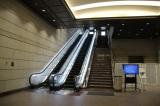 入り口には2階に続く巨大なエスカレーターがある (C)oricon ME inc.