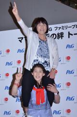 母幸代さんを初めて肩車する吉田沙保里選手 (C)oricon ME inc.
