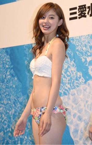 水着ファッションショーの朝比奈彩さん
