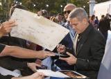 映画『トゥモローランド』ワールドプレミアでサインに応じるジョージ・クルーニー