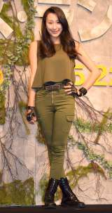 パンツスタイルで完璧なプロポーションを披露した浅田舞